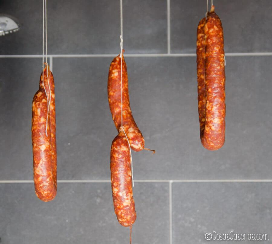 Chorizos colgados en una ducha durante su proceso de curación.