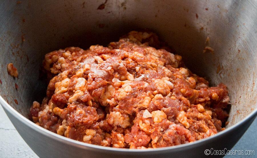 carne de cerdo picada mezclada con la grasa y otros ingredientes