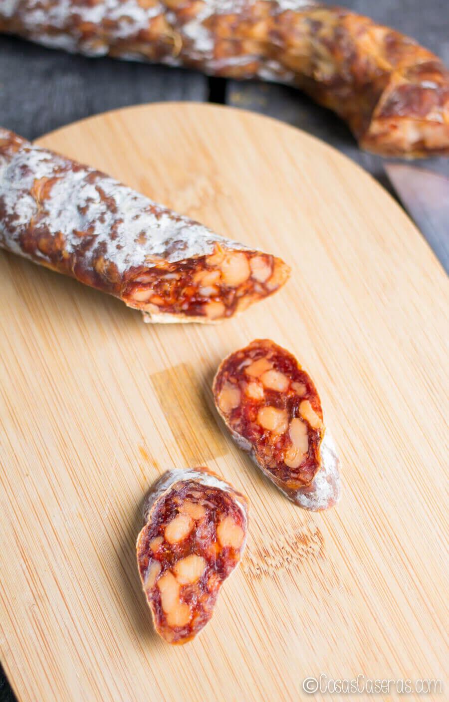 Chorizo casero curado cortado en rodajas.