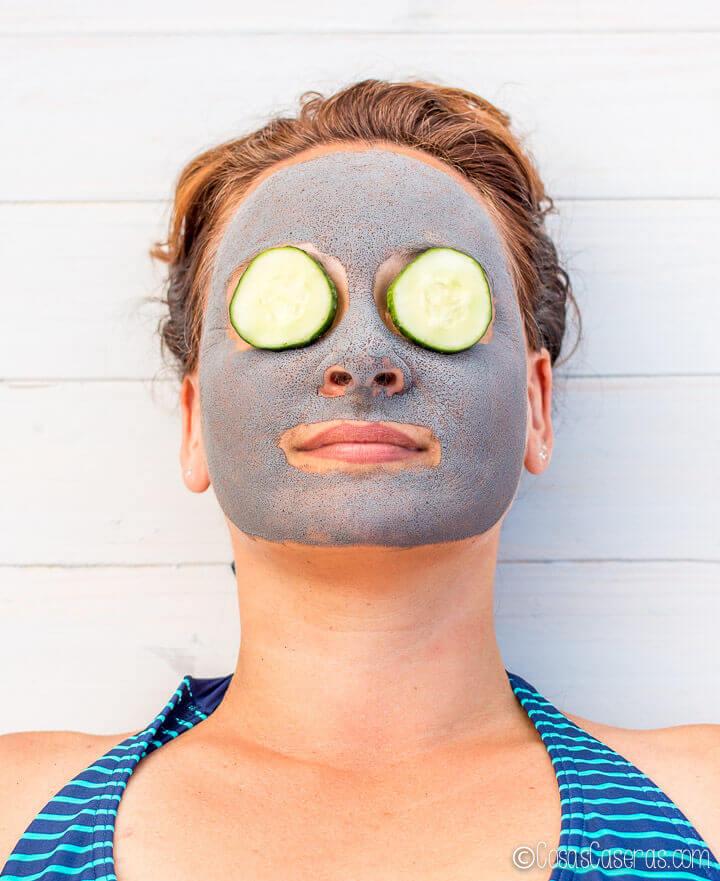 Depura la piel con esta mascarilla negra casera de carbón activado y bentonita. Es ideal para pieles grasas, combinadas o mixtas, y especialmente para pieles acnéicas.