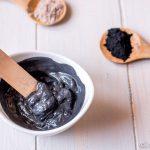 Depura la piel con esta mascarilla negra casera de carbón activado y bentonita. Es ideal para pieles grasas, combinadas o mixtas, y especialmente para pieles