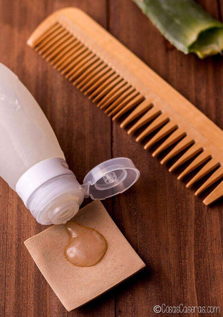 Este gel fijador casero se puede hacer en pocos minutos con un zumo de aloe vera para nutrir el pelo.