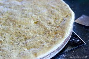 la masa de pizza con aceite y hierbas aromáticas