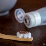 Cepíllate los dientes de forma natural con estas recetas de una dentista para hacer una pasta de dientes casera y con sus consejos para una higiene dental óptima. #pastadedientes #natural #dentífrico