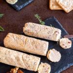 4 diferentes tipos de mantequillas compuestas servidas en bandejas de pizarra.