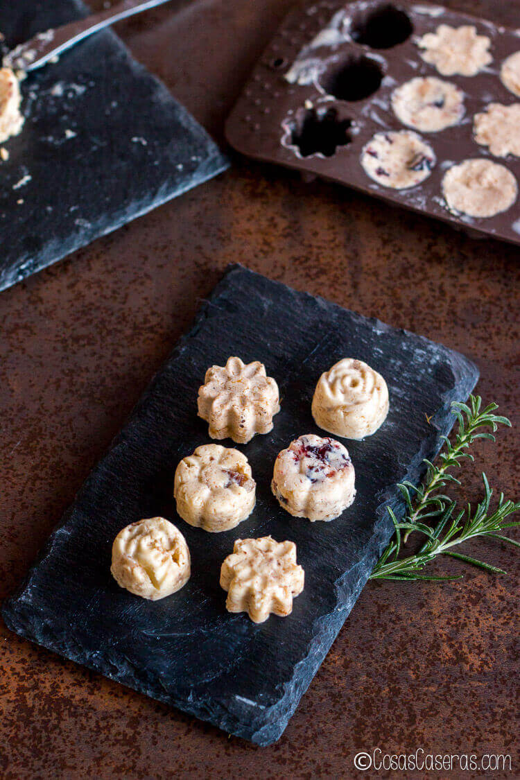 Mantequillas dulces servidas en porciones individuales en forma de flores.