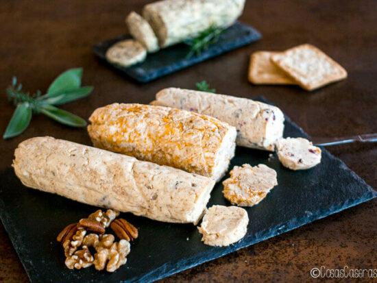 4 mantequillas compuestas en bandejas de pizarra.