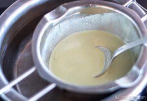 derritiendo los ingredientes para un desodorante casero a baño María