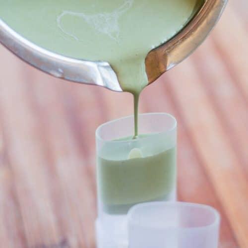 Vertiendo los ingredientes derretidos para un desodorante casero en envases de desodorante vacíos