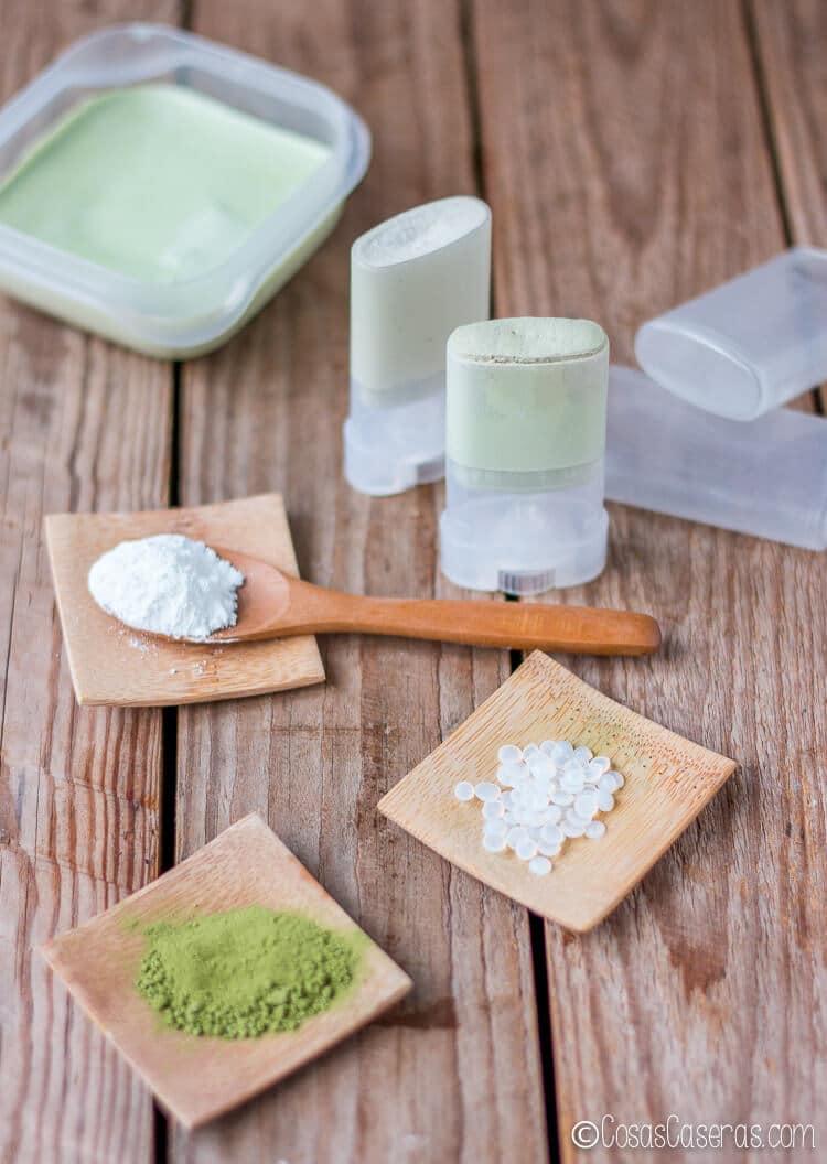 Los ingredientes para el desodorante casero natural delante de 2 desodorantes ya hechos