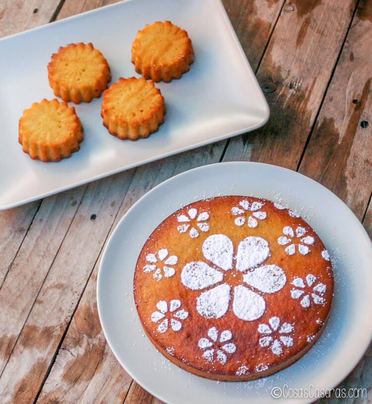 La tarta de Santiago (Torta de Santiago) presentado como tarta y como madalenas