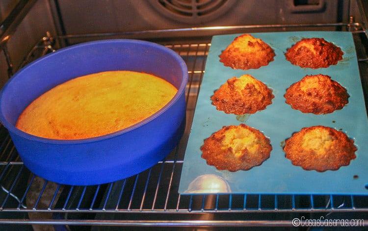 La tarta de Santiago en moldes en el horno