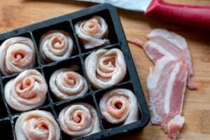 Las rosas de beicon en un molde de silicona para aguantarlas cerradas