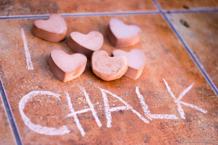 """Imagen con """"I"""" escrita en el suelo, seguida de varias piezas de tiza en forma de corazón, seguida de """"chalk"""" o """"tiza"""" en Inglés."""