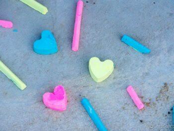 Tizas caseras de varios colores, algunos en forma de corazón.