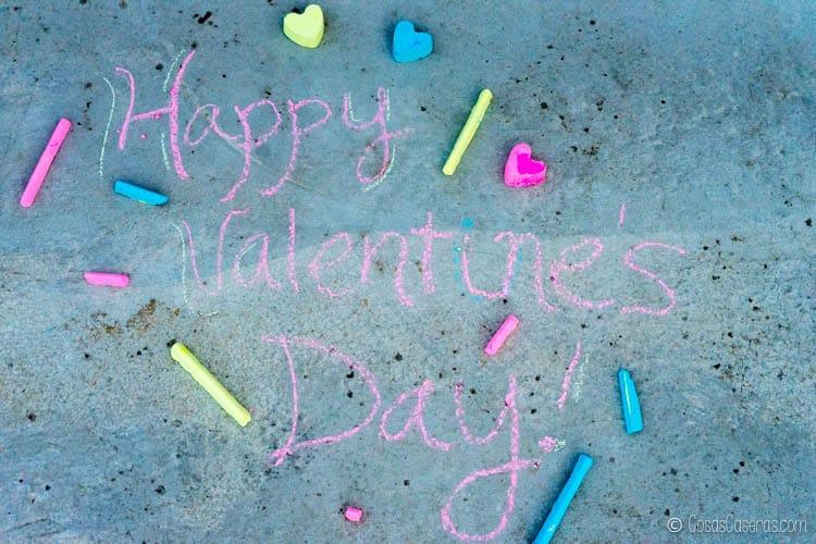 "Vista área de ""Día de San Valentín feliz"" escrito con tiza casera."