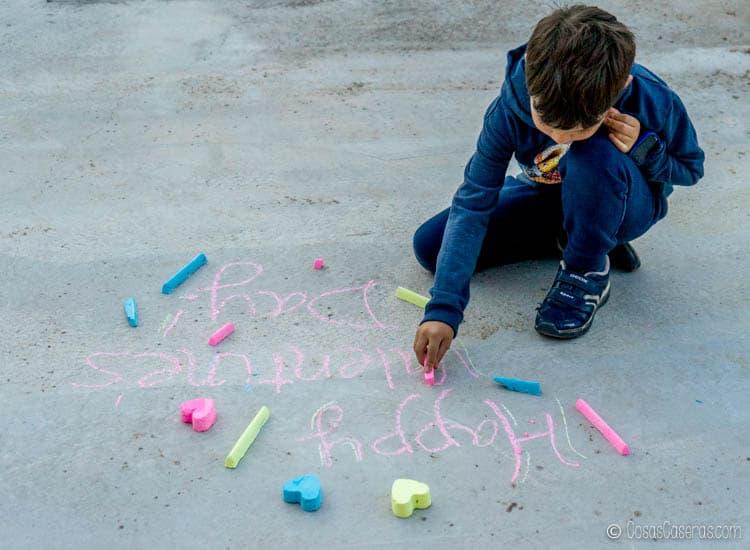 Un niño de ocho años jugando con tiza casera vibrante.