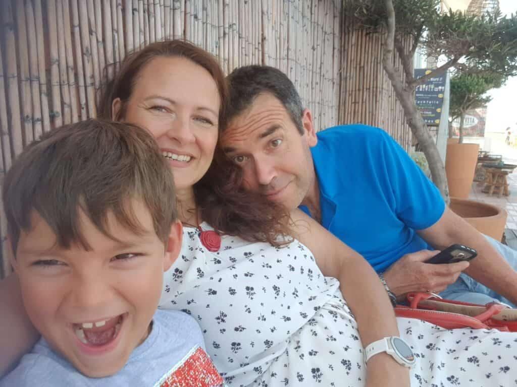 Tracy con su hijo y su marido