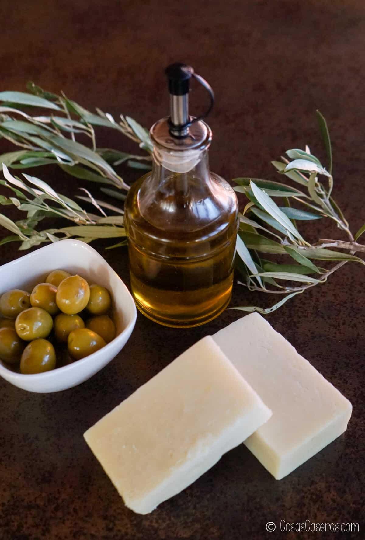 Una botella de aceite de oliva, aceitunas, y 2 barras de jabón de Catilla