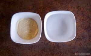 un bol con agua y un bol con leche de cabra en polvo