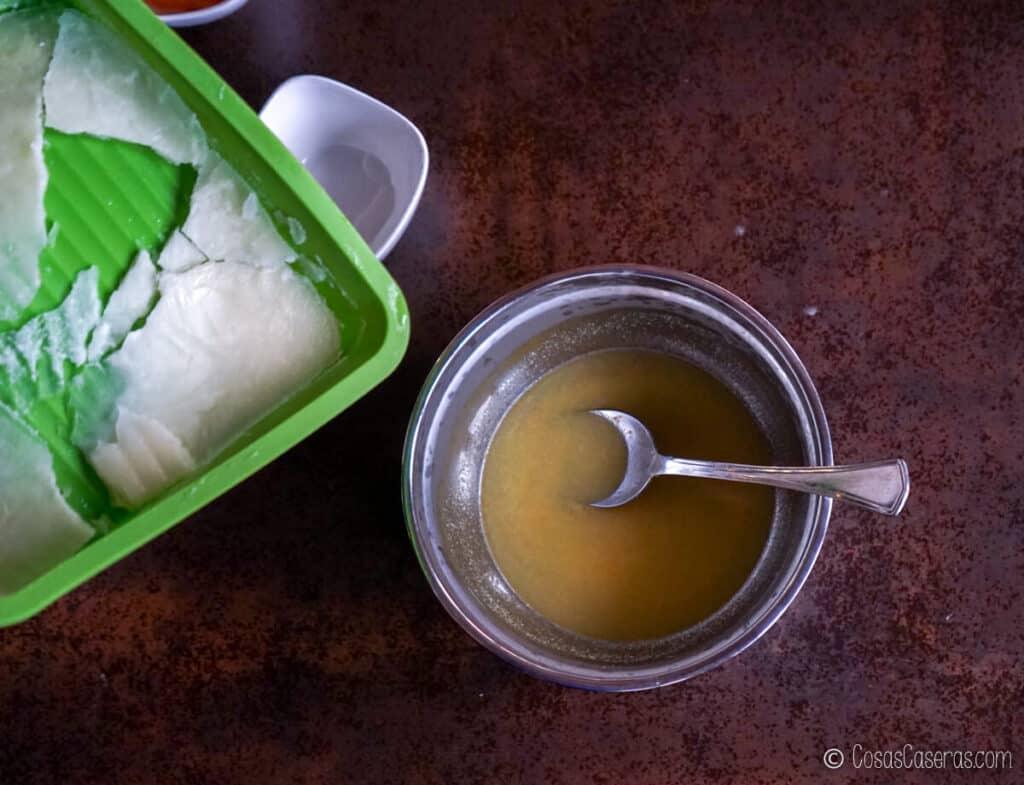 Echando la leche congelada al bol con el agua y sosa cáustica