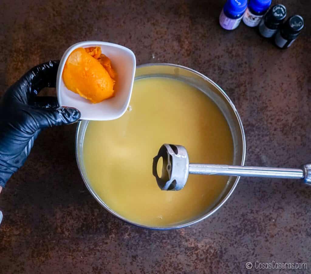 Echando calabaza asada en un bol con una mezcla de jabón