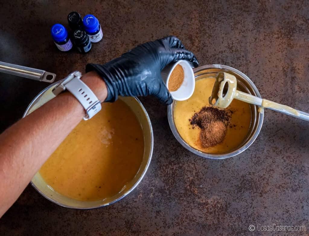 Echando especias molidas en un bol con una mezcla de jabón