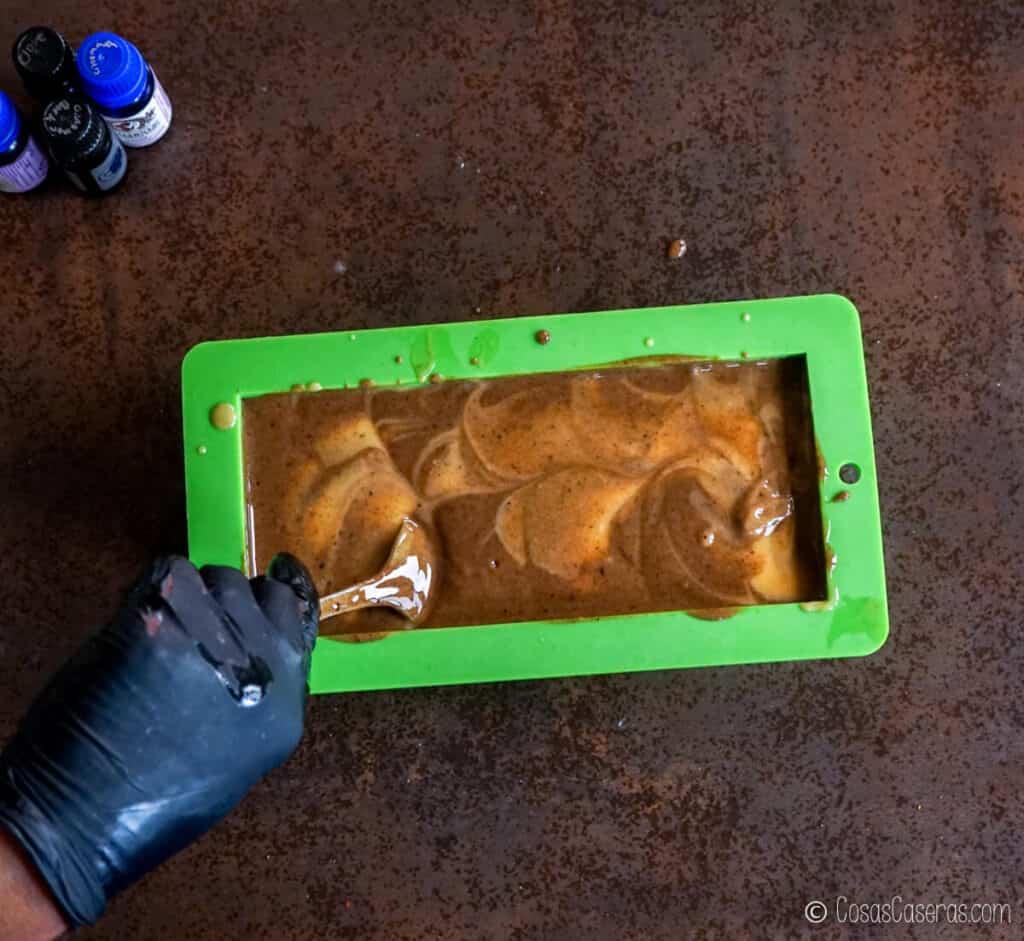 Mezclando el jabón en un molde de silicona con una cuchara