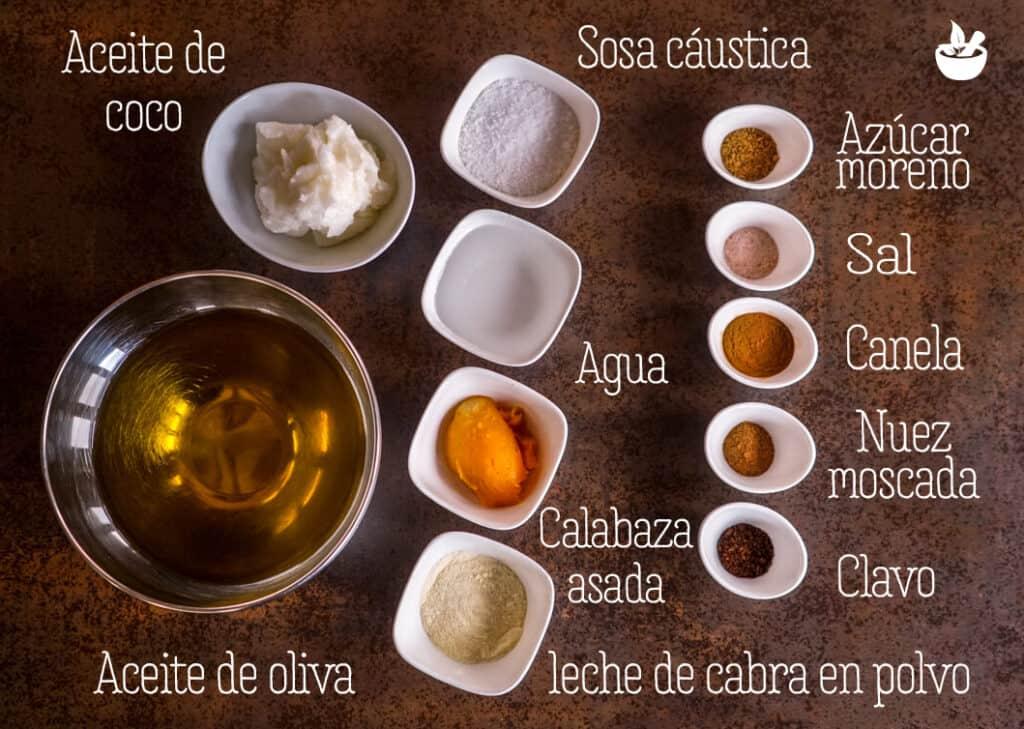 Varios boles llenos con los ingredientes para un jabón de calabaza con especias