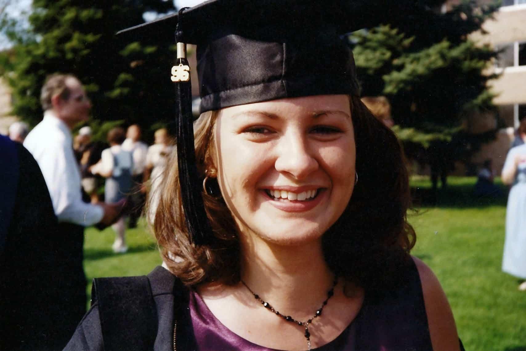 Tracy Ariza en 1996 con birrete puesto