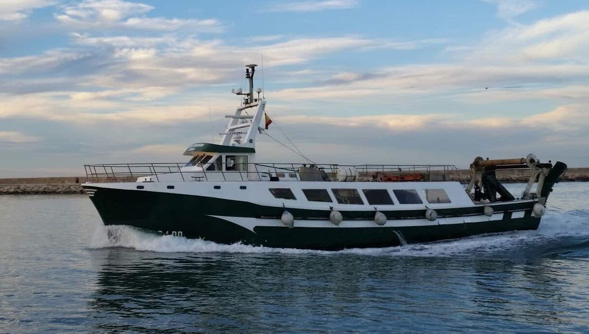 Un barco de pesca verde