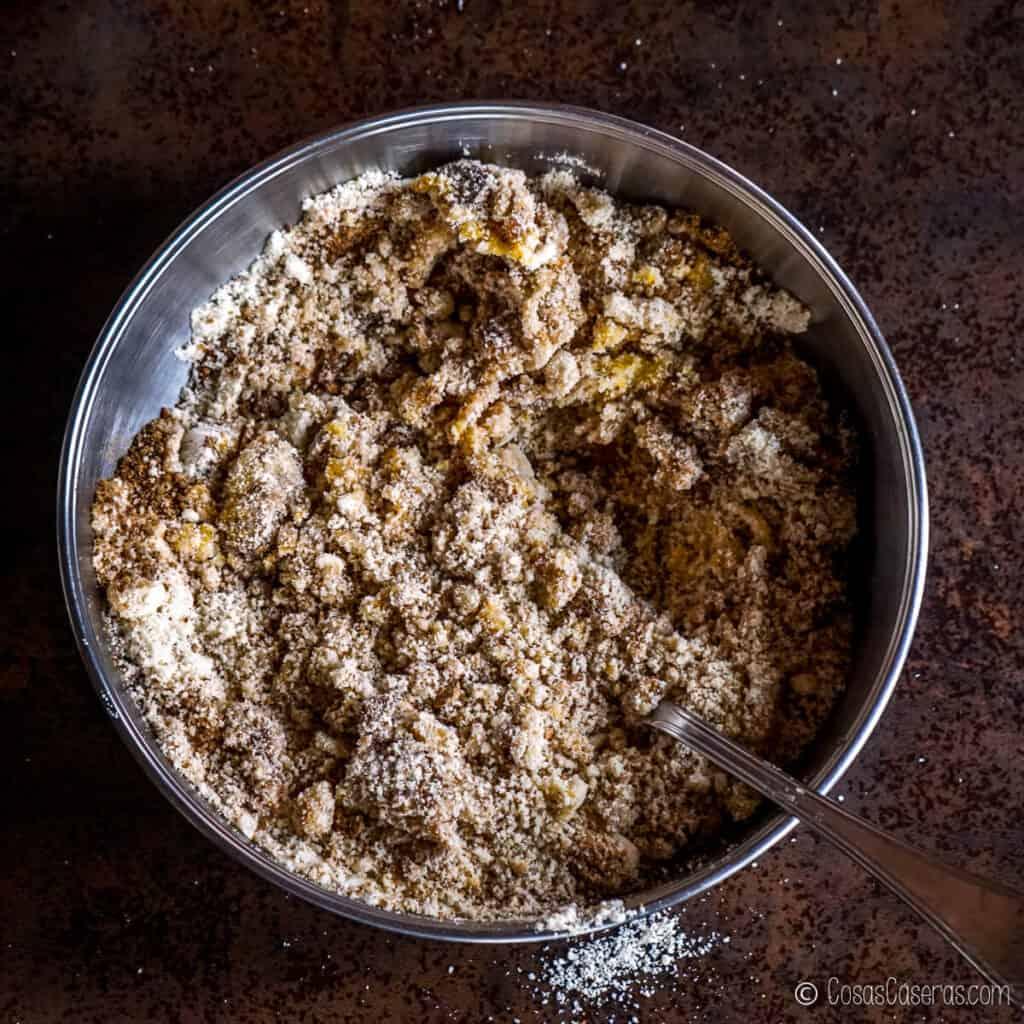 Todos los ingredientes para la masa de almendras en un bol después de comenzar a mezclarlos.