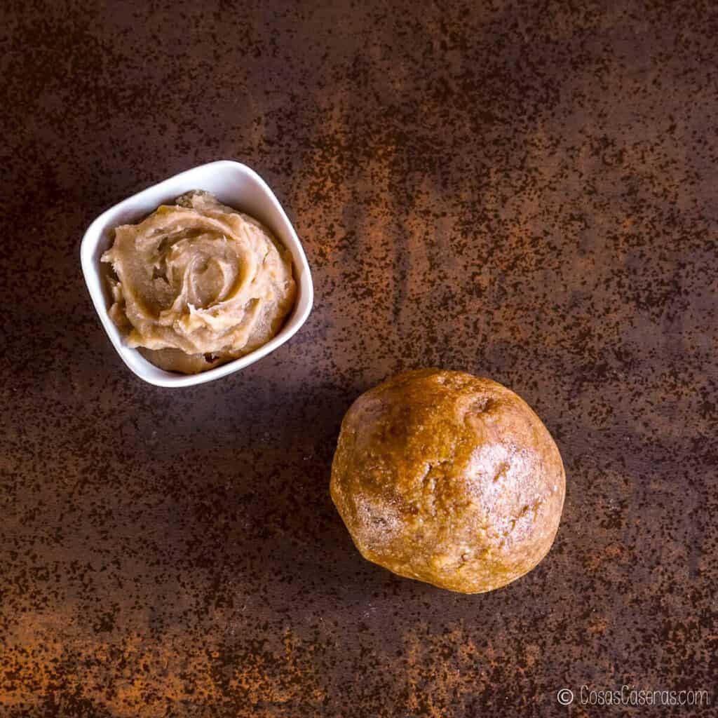 Vista aérea de una bola de masa de almendras y un bol de relleno de dulce de boniato