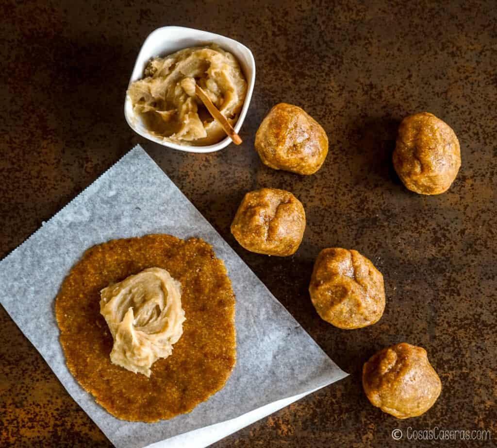 Dulce de boniato extendido en el centro de un círculo de masa para pastissets