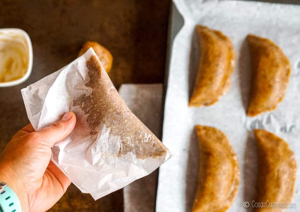 Formando un pastisset de boniato casero, usando papel de horno como ayuda.