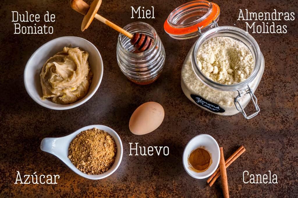 Vista aérea de los ingredientes para pastissets de boniato