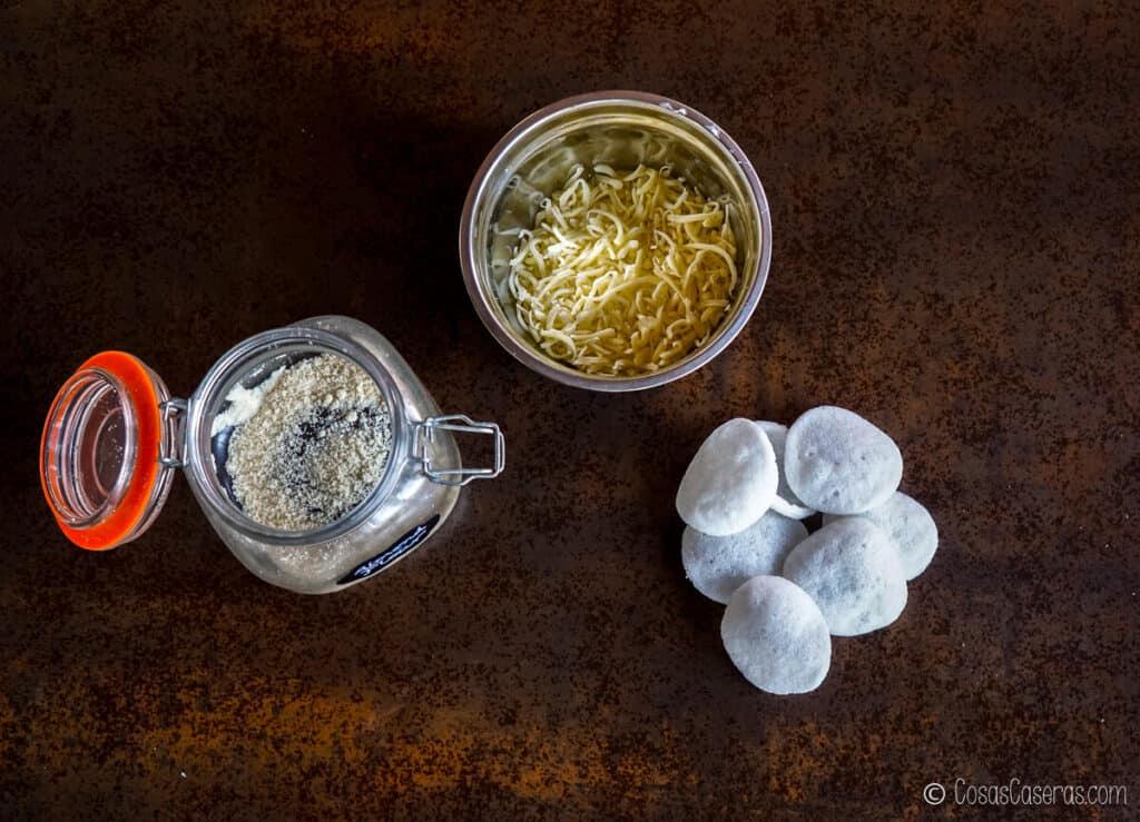 Vista aérea de galletas de gambas, queso mozzarella rallado y harina de almendras
