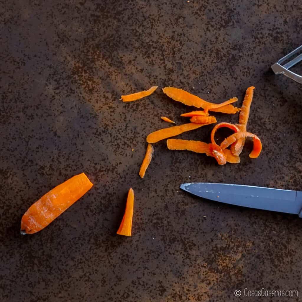 pelando una zanahoria y cortando la punta