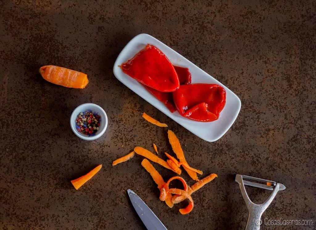 Vista aérea de zanahoria, pimientos rojos asados y algunos granos de pimienta