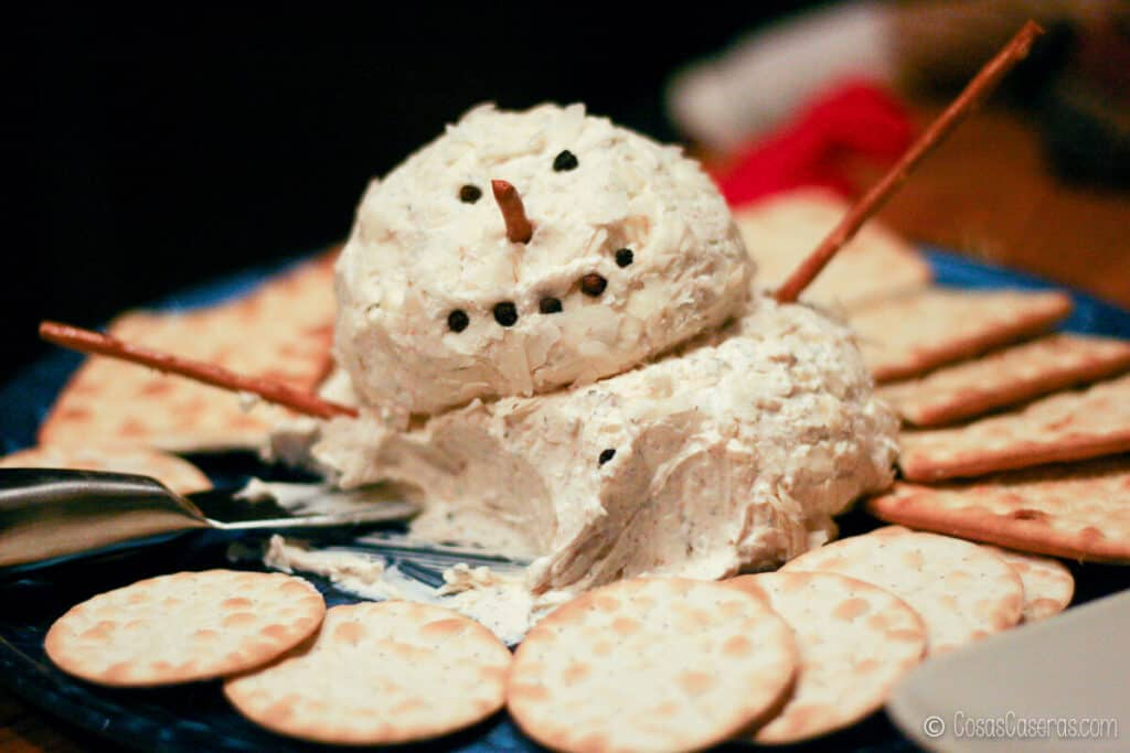 una bola de queso de muñeco de nieve a medio comer que se está volcando