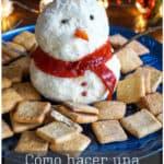 Festiva y deliciosa, esta linda bola de queso en forma de muñeco de nieve se puede preparar con antelación y es un aperitivo perfecto para tu fiesta navideña. #comidanavideña #muñecodenieve #queso #boladequeso #recetasnavideñas
