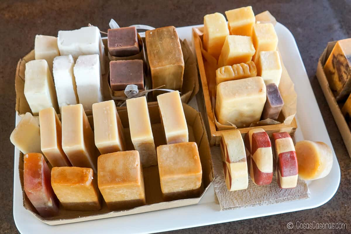 Una bandeja llena de diferentes tipos de jabones curándose