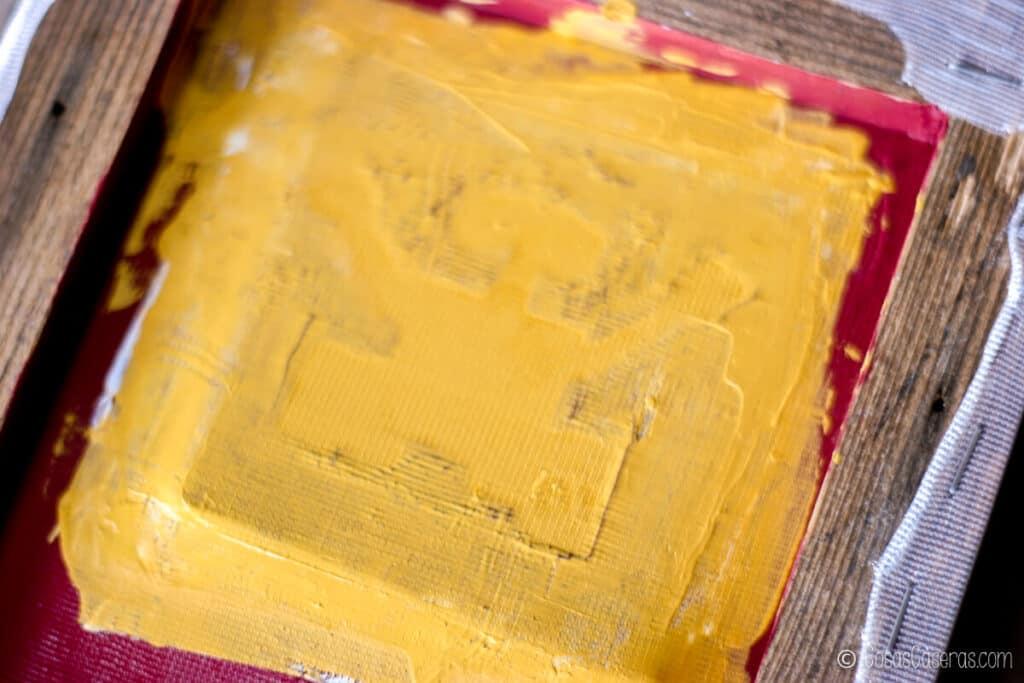 La pintura encima del marco de serigrafía
