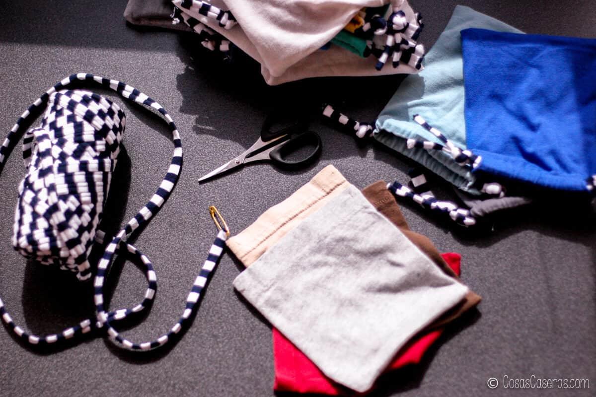 Unas bolsitas hechas de las mangas de unas camisetas