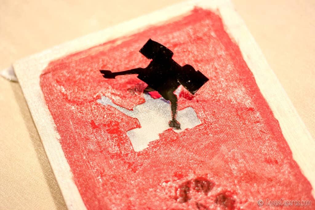 Pelando una pegatina de Wall-E mostrando la tela sin pintar debajo