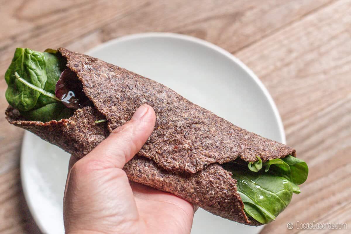 una tortilla de linaza hecha con semillas marrones