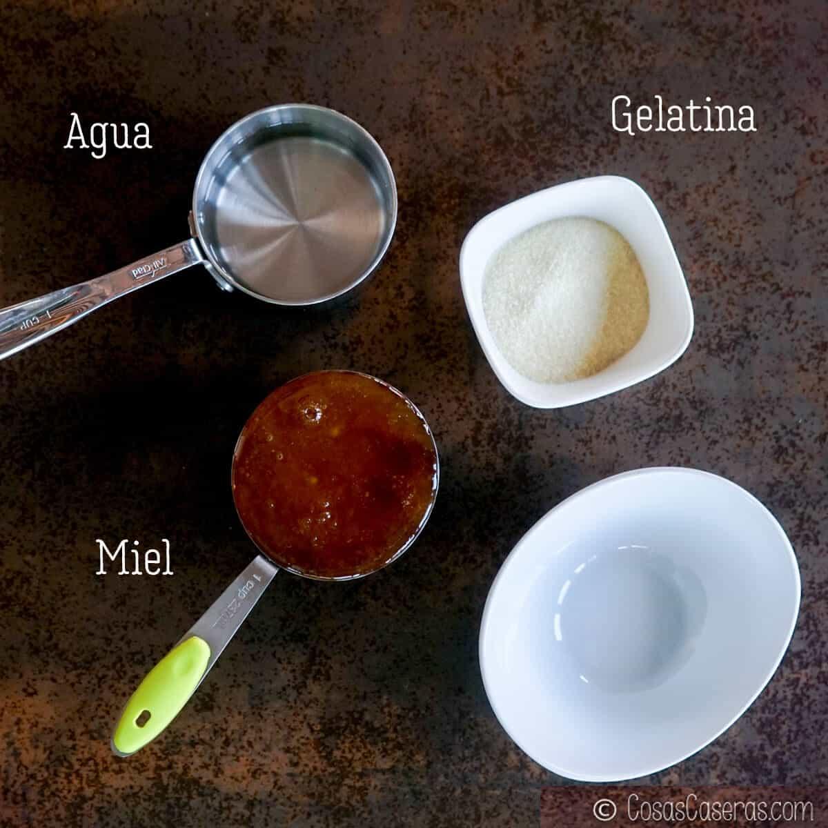 vista aérea de los ingredientes de masmelos caseros (miel, agua, y gelatina)