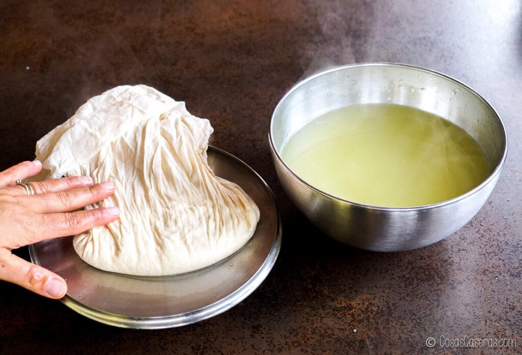 Aplanando la muselina sobre el queso