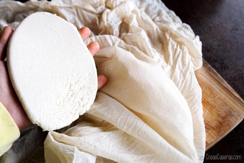cogiendo el queso paneer en una mano