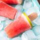 Polos de sandía y gelatina en una bandeja con hielo